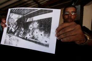 Oito dos tiros atingiram o encosto de cabeça do banco do motorista