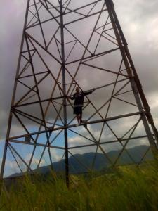 Traficantes torturaram e algemaram o homem à uma torre de energia