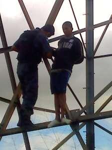 Um PM do 14º BPM (Bangu) lotado no Patrulhamento Tático Motorizado (Patamo) Engenho subiu na torre para resgatar o homem e salvá-lo da morte