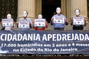 Na segunda-feira, dia 11, o Rio de Paz espalhou 17 mil pedras brancas pela escadaria da Assembléia Legislativa do Estado do Rio de Janeiro (Alerj)