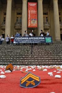 11 mil pedrinhas brancas foram derramadas das escadarias da Alerj para representar os casos de pessoas desaparecidas no mesmo período