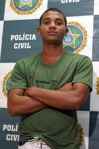 O fuzileiro naval Adriano Oliveira de Souza, o soldado de Souza, 22 anos, é apontado como líder da milícia Comando Delta, que atua no Recreio dos Bandeirantes e na Barra da Tijuca, na Zona Oeste do Rio