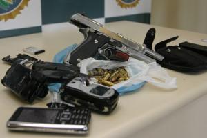 O PM estava com uma pistola nove milímetros – de uso restrito das Forças Armadas – com 14 munições e quatro carregadores – sendo um de submetralhadora