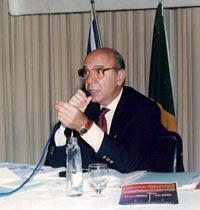 Delegado aposetando e advogado Wladmir Sérgio Reale, presidente da Adepol-RJ e vice-presidente da Adepol-Brasil